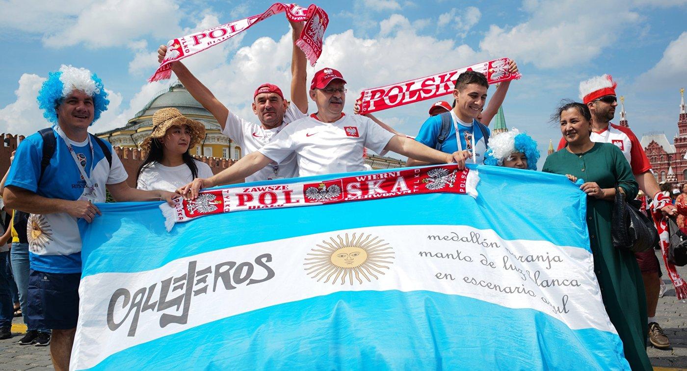 Футбольные болельщики Аргентины и Польши