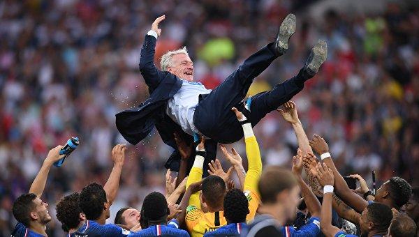 Футболисты сборной Франции качают главного тренера сборной Франции Дидье Дешама
