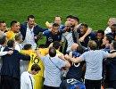 Футболисты сборной Франции радуются победе