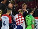Президент РФ Владимир Путин награждает серебряной медалью защитника сборной Хорватии Домагоя Виду