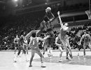Встреча сборных команд по баскетболу СССР - США. Оскар Робертсон атакует кольцо советской сборной.