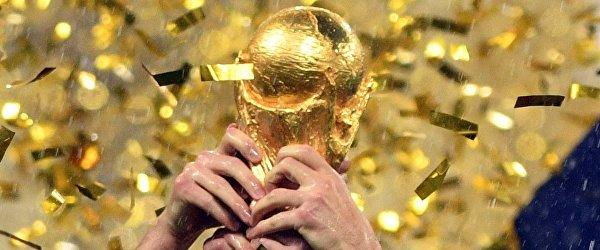 Кубок чемпионата мира по футболу 2018 в руках игроков сборной Франции