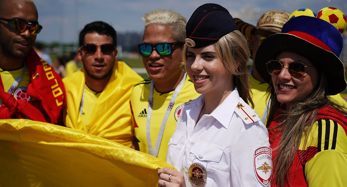 Сотрудница полиции и болельщики сборной Колумбии
