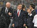 Президент РФ Владимир Путин (в центре), президент ФИФА Джанни Инфантино (слева) и президент Франции Эммануэль Макрон (справа)