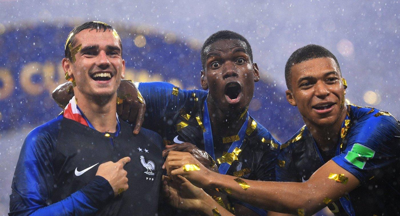 Футболисты сборной Франции Антуан Гризманн, Поль Погба и Килиан Мбаппе (слева направо)
