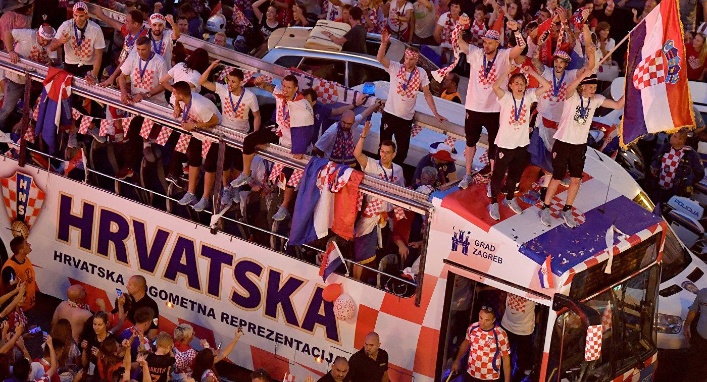 Футболисты сборной Хорватии во время парада в Загребе