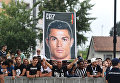 Фанаты с плакатом с изображением Криштиану Роналду