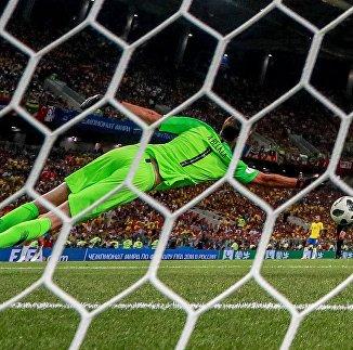 Вратарь Алиссон (Бразилия) в матче группового этапа чемпионата мира по футболу между сборными Сербии и Бразилии.