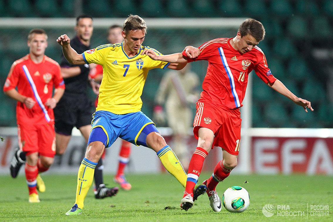 Футболист юношеской сборной Швеции Линус Вальквист и полузащитник российской команды Александр Головин