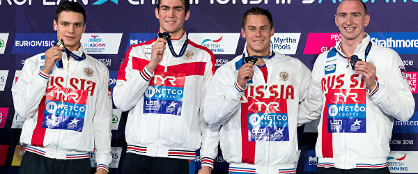 Российские пловцы после победы в эстафете на ЧЕ