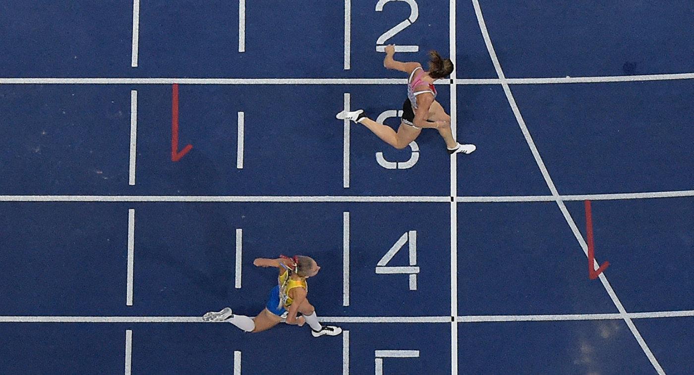 Швейцарская легкоатлетка Леа Шпрунгер пересекает финишную черту
