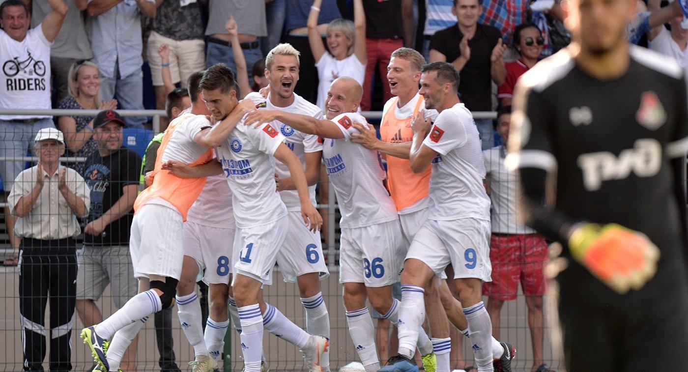 Футболисты Оренбурга радуются забитому мячу