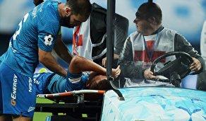 Медики увозят с поля игрока Зенита Кристиана Нобоа