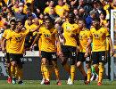 Футболисты Вулверхэмптона радуются забитому голу