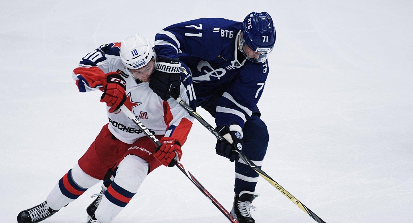 Хоккеист Динамо Иван Муранов (справа) и игрок ЦСКА Сергей Толчинский (слева)