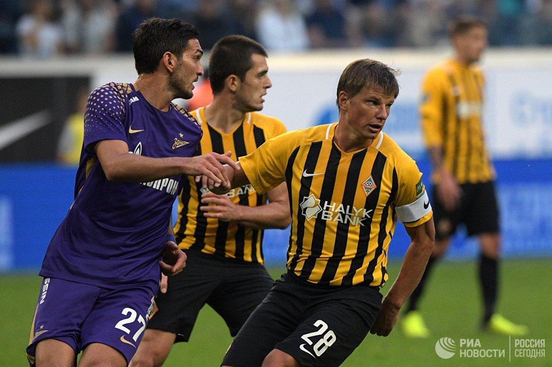 Игрок Зенита Магомед Оздоев  (слева) и игрок Кайрата Андрей Аршавин