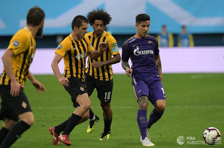 Игрок Зенита Себастьян Дриусси (справа) и игрок Кайрата Изаэл (второй справа)