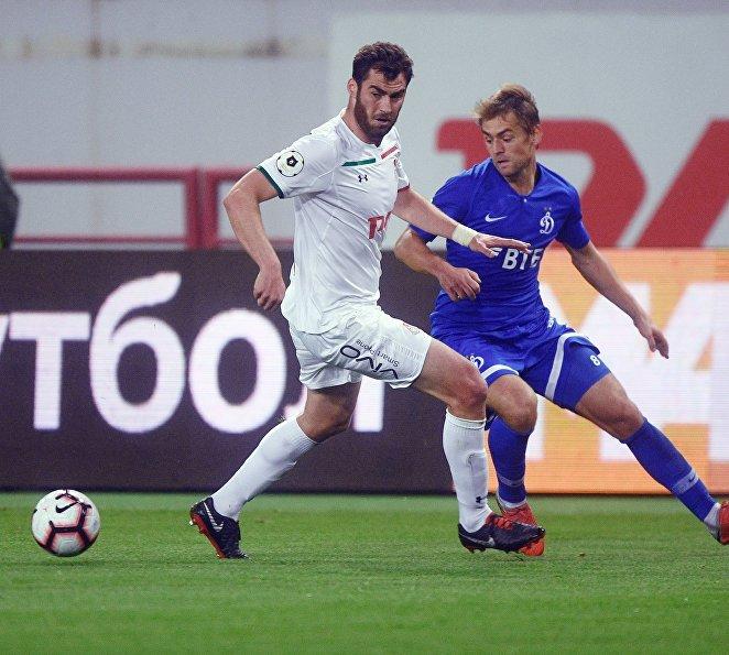 Защитник Локомотива Соломон Кверквелия (слева) и форвард Динамо Кирилл Панченко