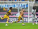Футболисты Пармы радуются забитому мячу в ворота Интера