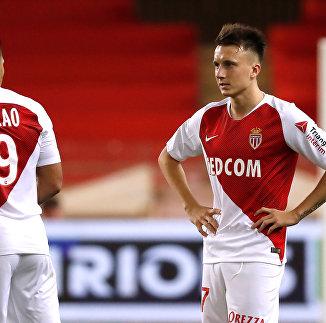Футболисты Монако Фалькао и Александр Головин (справа)