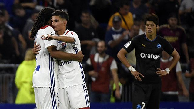 Футболисты Лиона радуются забитому мячу