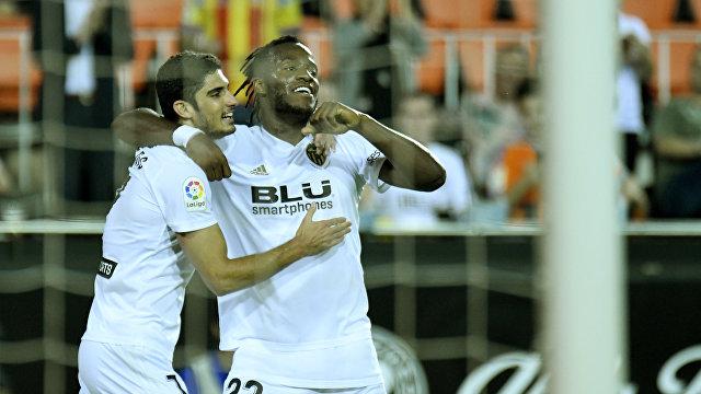Футболисты Валенсии Гонсало Гедеш (слева) и  Миши Батшуайи