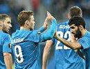 Футболисты Зенита празднуют забитый мяч в матче Лиги Европы против Славии