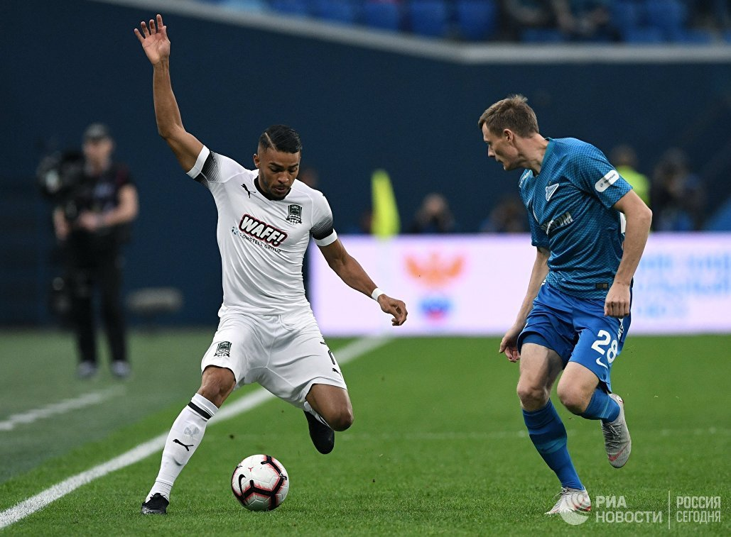 Игрок Зенита Евгений Чернов (справа) и игрок Краснодара Вандерсон
