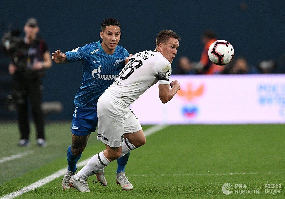 Игрок Зенита Себастьян Дриусси (слева) и игрок Краснодара Сергей Петров
