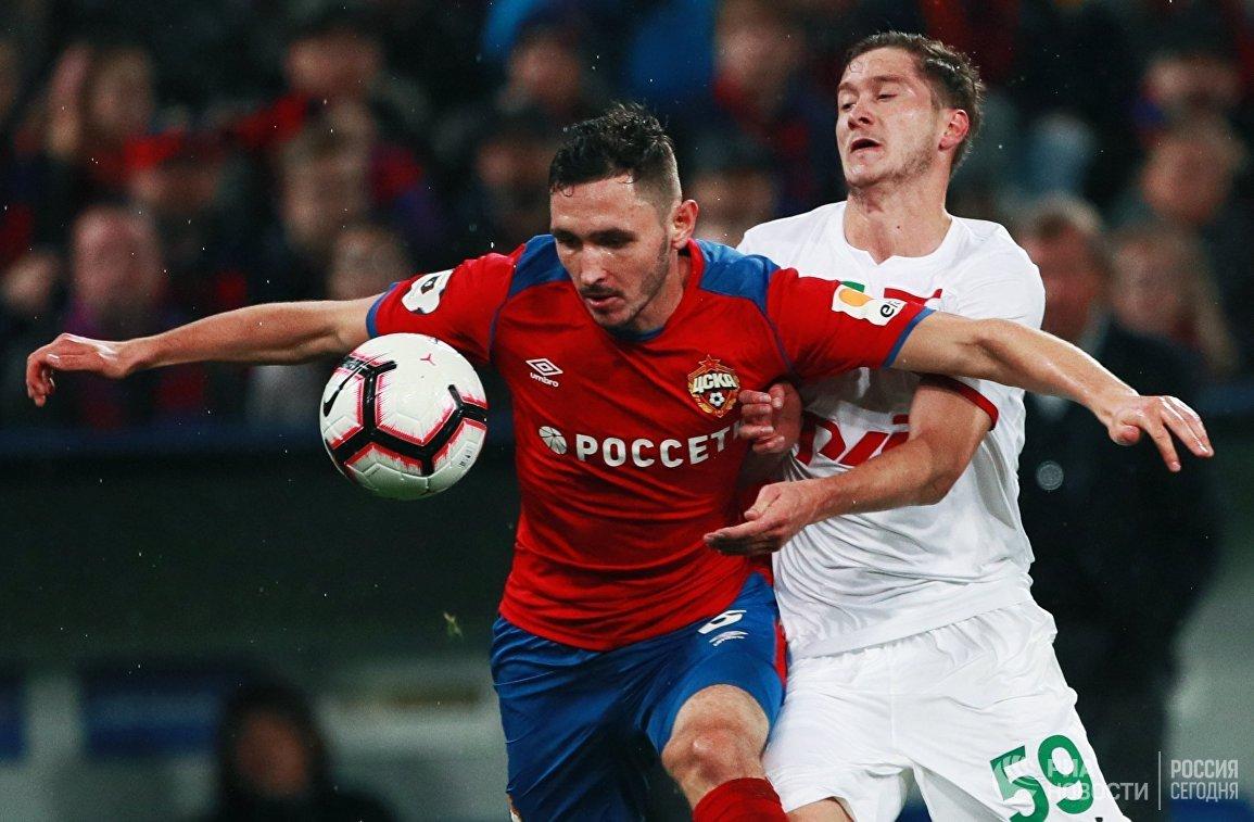 Защитник ЦСКА Никита Чернов (слева) и хавбек Локомотива Алексей Миранчук