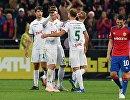 Футболисты  Локомотива радуются забитому мячу Бенедикта Хёведеса.