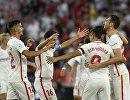 Футболисты Севильи радуются забитому мячу