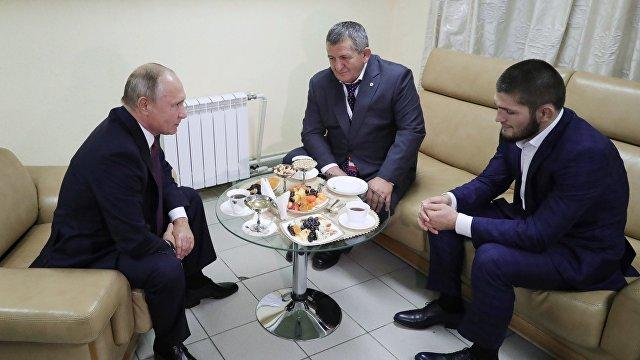 Президент России Владимир Путин и боец Хабиб Нурмагомедов