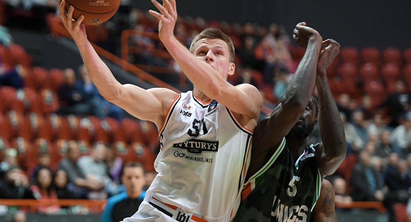 Игрок БК УНИКС Морис Ндур (справа) и игрок БК Ритас Арнас Буткевичюс