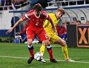 Защитник сборной России Марио Фернандес и полузащитник сборной Швеции Эмиль Форсберг (справа)