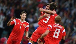 Игроки сборной России радуются забитому голу в ворота команды Турции