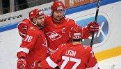 Хоккеисты Спартака Робин Ганзл, Дмитрий Калинин, Энвер Лисин (слева направо)