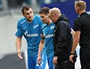 Полузащитник Зенита Далер Кузяев (второй слева) покидает поле из-за травмы в матче 11-го тура чемпионата России против Динамо