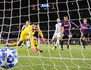 Полузащитник Барселоны Рафинья забивает мяч в ворота Интера