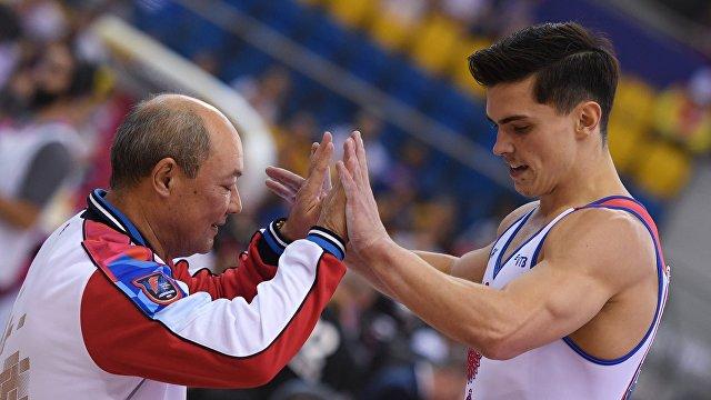 Старший тренер сборной России Валерий Алфосов (слева) и российский гимнаст Артур Далалоян