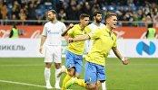 Футболисты Ростова радуются забитому голу Видара Кьяртанссона