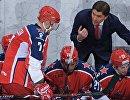 Форвард ЦСКА Иван Телегин (слева) и главный тренер ЦСКА Игорь Никитин (второй справа)