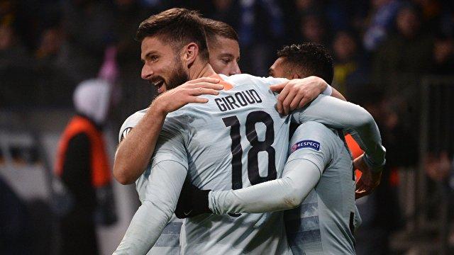 Форвард Челси Оливье Жиру (№18) празднует с партнерами по команде гол, забитый в ворота БАТЭ