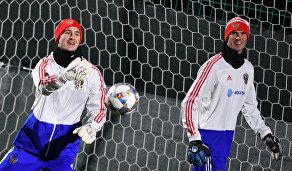 Вратари сборной России Андрей Лунёв (слева) и Антон Шунин