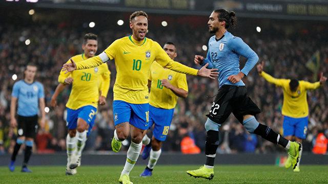 Форвард сборной Бразилии Неймар радуется забитому мячу в ворота уругвайцев
