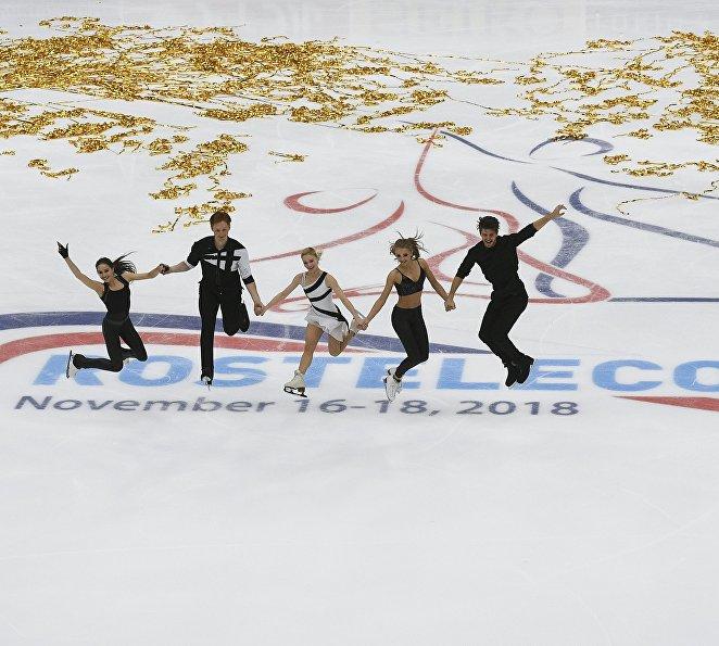 Российские фигуристы Алина Загитова, Евгения Тарасова и Владимир Морозов, Александра Степанова и Иван Букин (слева направо)