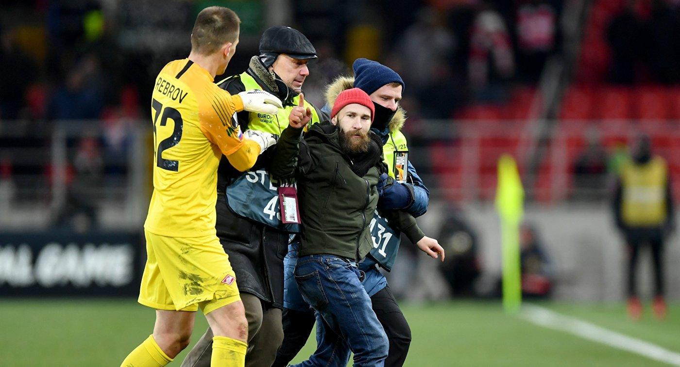 Болельщик попытался напасть на Глушакова во время матча Лиги Европы