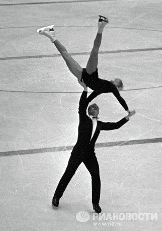 Советские фигуристы Людмила Белоусова и Олег Протопопов выступают на IX зимних Олимпийских играх в Инсбруке