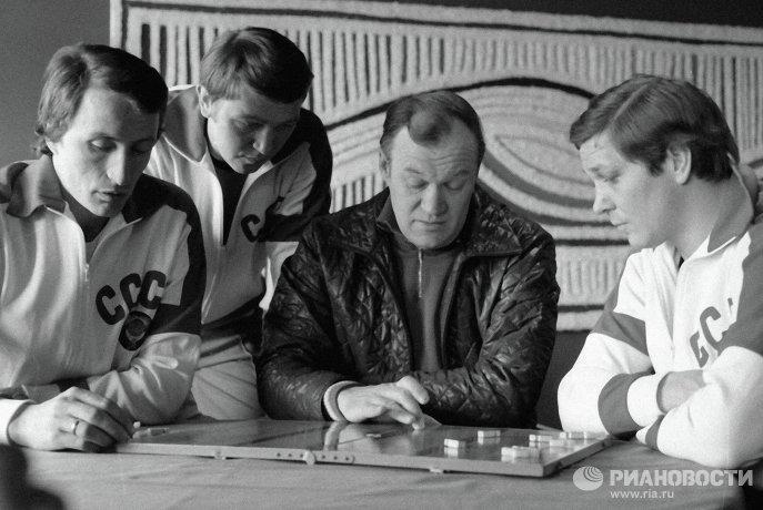 Всеволод Бобров (в центре)