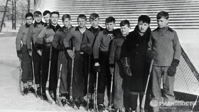 Всеволод Бобров (третий справа)